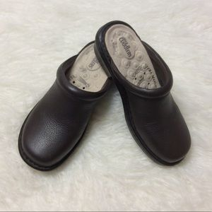 COBBIE CUDDLERS BROWN LEATHER CLOGS